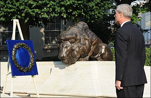 Director Mueller pauses to honor fallen agents at National LEO Memorial